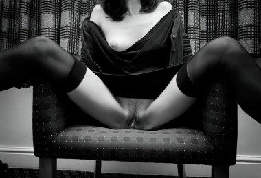 Mulher Sentada na Cadeira