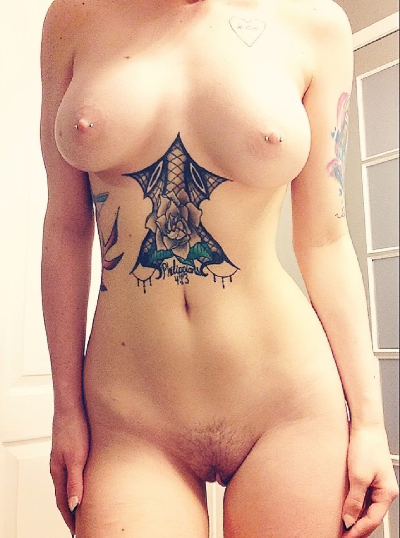 Amadora Mostrando Tatuagens (2)