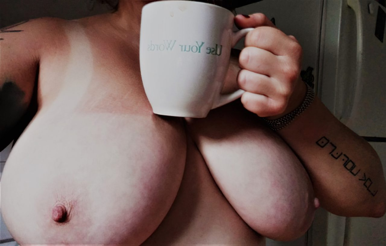Peituda Bebendo Cafe (3)