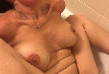 Orgasmo Forte na Banheira